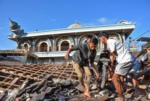 Lombok quake: Rescuers search collapsed mosque for survivors